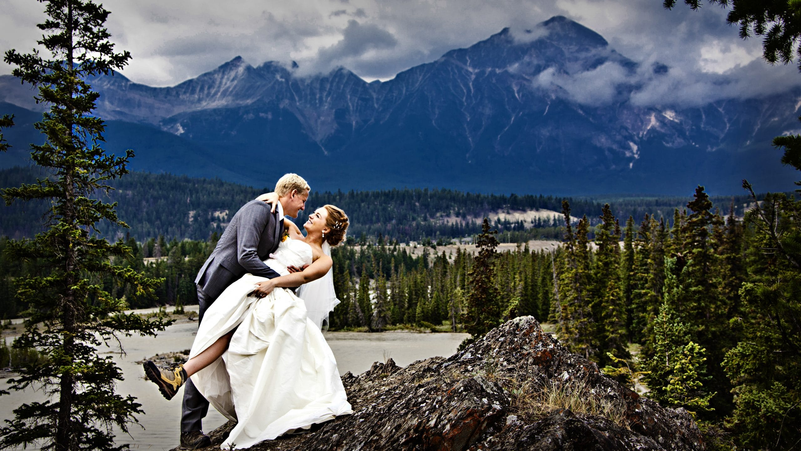 groom dipping bride on top of Old Fort Point- creating your Jasper wedding budget